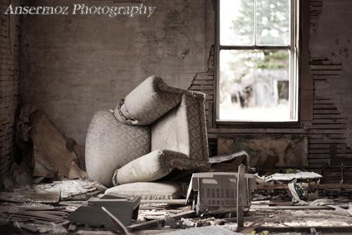 Intérieur de maison abandonnée meublée avec fenêtre