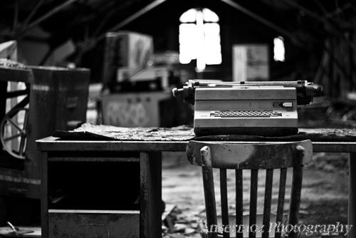 Photo noir et blanc de machine à écrire sur un bureau