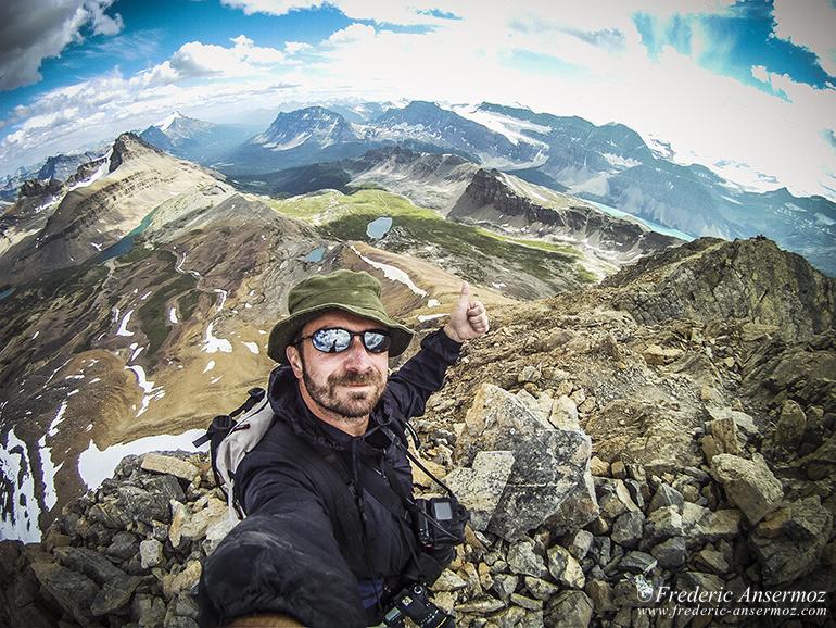 Randonneur au sommet, selfie en haut des montagnes