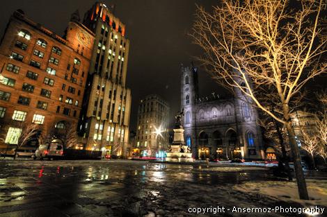 Place d'Armes de Montréal avec le monument de Maisonneuve la nuit