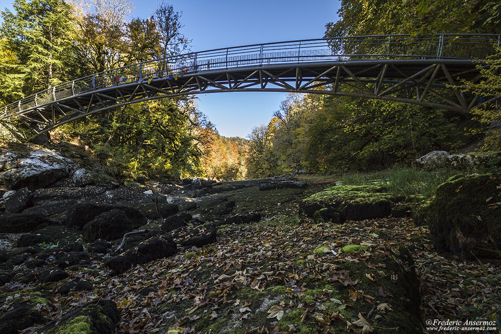 Pont au dessus de la rivirère Le Doubs à sec