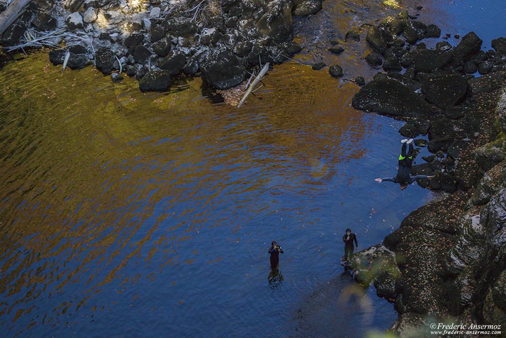 Plongeur depuis les falaises au Saut du Doubs