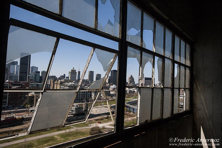 Skyline de Montréal à travers vitres cassées